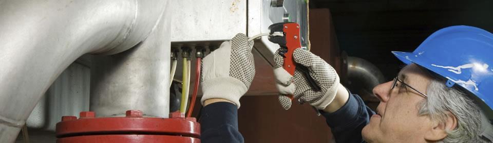 CV monteur repareert een cv ketel